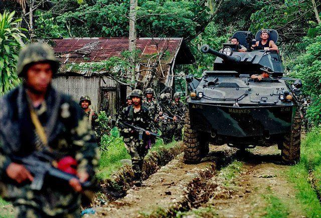 Marines Filippini in pattugliamento durante la presa di Camp Abu Bakr a Mindanao
