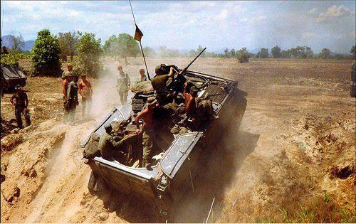 Il diffuso e immortale M-113, qui ritratto durante le operazioni in Vietnam.