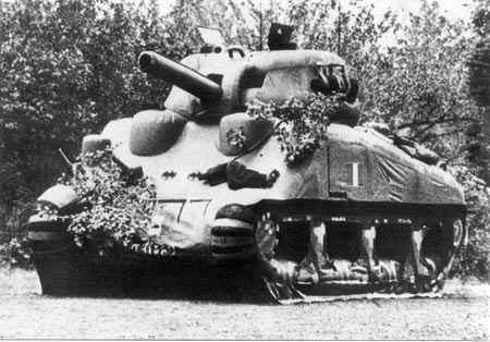 """Falso carro armato Sherman usato dagli Alleati durante l'Operazione Fortitude, """"costola"""" dell'Operazione Bodyguard"""