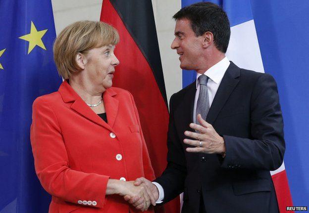 Manuel Valls con Angela Merkel: dietro i sorrisi, è in crisi il rapporto tra Francia e Germania?