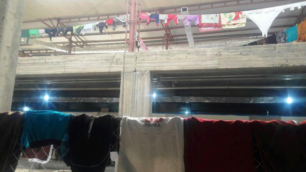 Panni stesi ad asciugare in un complesso che dà rifugio agli sfollati - Foto: autore