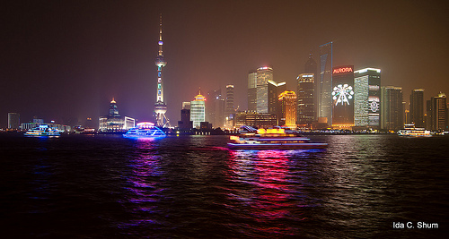 Una suggestiva foto notturna di Shanghai, cuore economico-finanziario della nuova Cina