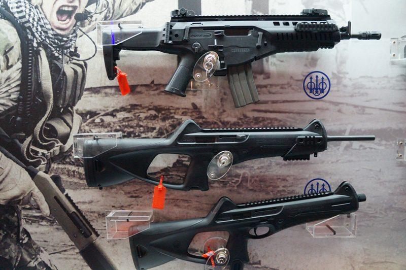 Alcuni prodotti di punta in mostra. Dall'alto in basso: il fucile d'assalto ARX-160, la carabina CX-4 Storm e la pistola mitragliatrice MX-4 Storm. Foto: Il Caffè Geopolitico